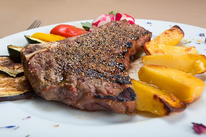 Goveji steak s prilogo